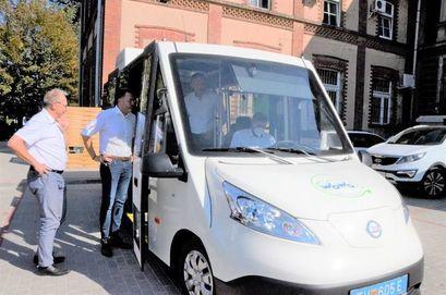 Autobus elektryczny na parkingu przy Urzędzie Miejskim w Żarowie