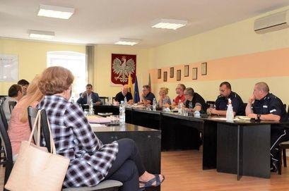 Radni Rady Miejskiej oraz funkcjonariusze KP Żarów na Komisji ds. Bezpieczeństwa, Porządku Publicznego, Zdrowia i Porządku Publicznego