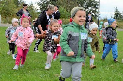 Biegające przedszkolaki podczas Maratonu Przedszkolaków w Żarowie.