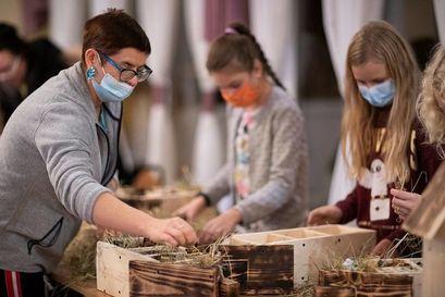 Uczestnicy podczas warsztatów budowania ekohoteli dla owadów w Wierzbnej