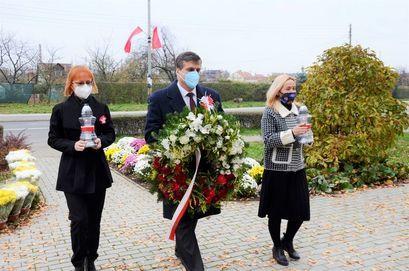 Burmistrz Leszek Michalak wraz z małżonką i wiceprzewodniczącą Rady Miejskiej Iwoną Nieradką podczas złożenia kwiatów na Święto Niepodległości.