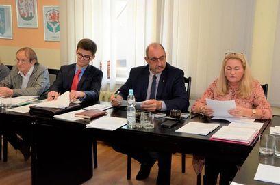 Radni Barbara Zatoń, Bartosz Żurek, Waldemar Ganczarek i Maria Tomaszewska podczas obrad sesji Rady Miejskiej w Żarowie