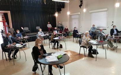 Radni na sesji Rady Miejskiej w GCKiS w Żarowie