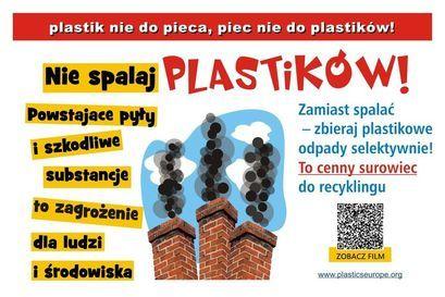 plakat Plastik nie do pieca, piec nie do plastików Nie spalaj PLASTIKÓW! Zamiast spalać - zbieraj plastikowe odpady selektywnie! To cenny surowiec do recyklingu Powstające pyły i szkodliwe substancje to zagrożenie dla ludzi ZOBACZ FILM i środowiska www.plasticseurope.org