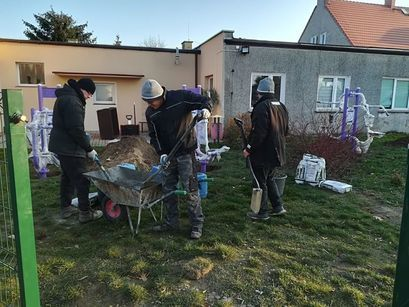Robotnicy podczas budowy siłowni plenerowej w Zastrużu