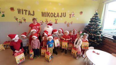 Przedszkolaki ze Świętym Mikołajem