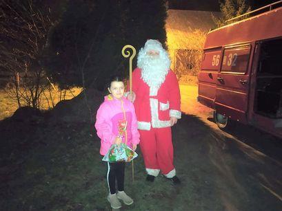 Święty Mikołaj z dzieckiem na terenie Bukowa.
