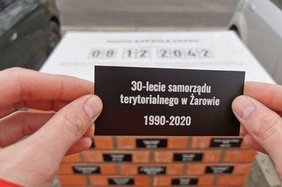 Zdjęcie tabliczki pamiątkowej przy Kapsule Czasu przy ul. Dworcowej w Żarowie