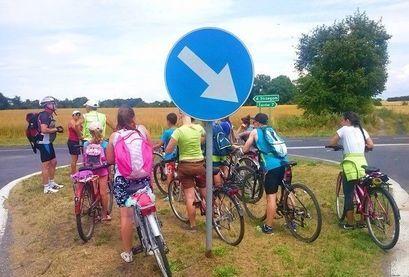 Młodzież na rowerach podczas wycieczki rowerowej po gminie