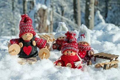 """Zdjęcie ilustracyjne """"ludziki"""" na śniegu"""
