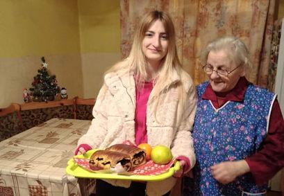 W ramach akcji uczniowie samodzielnie przygotowali słodkie upominki i świąteczne ozdoby, obdarowując nimi sąsiadów
