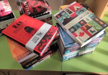 Książki w bibliotece w Żarowie