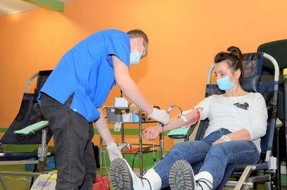 Krwiodawcy podczas oddawania krwi w Żarowie