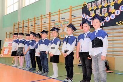 Pierwszoklasiści ze Szkoły Podstawowej im. UNICEF w Imbramowicach