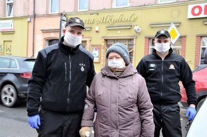 """Strażacy z seniorką w ramach akcji """"Dowóz seniorów na szczepienia"""""""