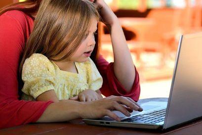 Dziecko  i osoba dorosła przy komputerze
