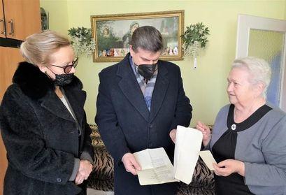 Burmistrz Leszek Michalak oraz Małgorzata Siemińska kierownik OPS w Żarowie na spotkaniu z Sybiraczką
