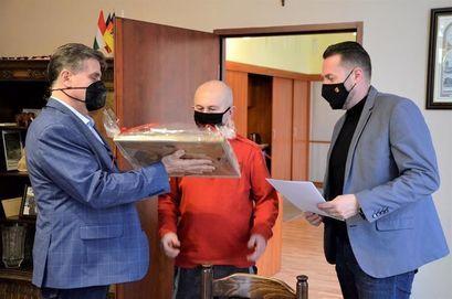 Burmistrz Leszek Michalak i zastępca burmistrza Przemysław Sikora wręczają podziękowanie Wojciechowi Elżbieciaka sołtysowi Zastruża.