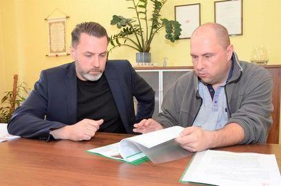 Zastępca Burmistrza Przemysław Sikora i Bogdan Mucha