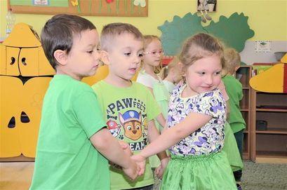 Przedszkolaki z Bajkowego Przedszkola podczas tańca z okazji Światowego Dnia Ziemi