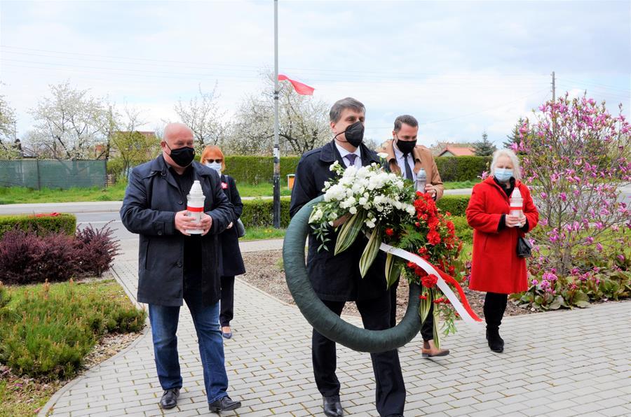 Burmistrz Leszek Michalak i zastępca burmistrza Przemysław Sikora wraz z radnymi Romanem Koniecznym i Ewą Góźdź podczas składania kwiatów pod Pomnikiem Pamięci Narodowej.