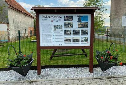 Kwietniki przy tablicy informacyjnej w Imbramowicach