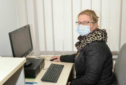 Agnieszka Ciastoń sołtys Imbramowic i Tarnawy  przy komputerze