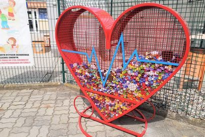 Serce na nakrętki przed budynkiem SP Żarów