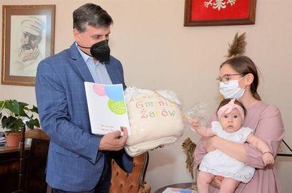 Burmistrz wręcza pakiet Paka dla Niemowlaka