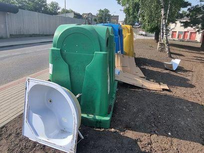 Odpady wielkogabarytowe przy pojemnikach na zbiórkę selektywną