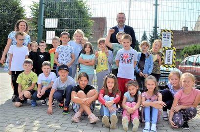 Zastępca burmistrza z uczniami SP Żarów