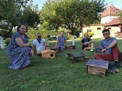 Przy budkach na jeże siedzą radni: Joanna Kaczorowska, Bartosz Żurek, Iwona Nieradka, Piotr Zadrożny i Zuzanna Urbanik