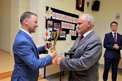 Artura Adamek wręcza statuetkę Michałowi Bieszczadowi