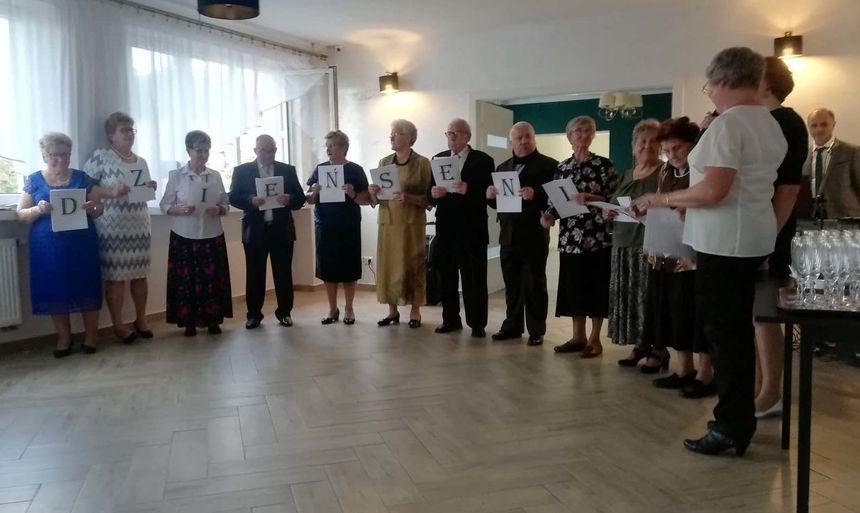 uczestnicy Klubu Seniora Nadal Młodzi w przygotowanym programie artystycznym