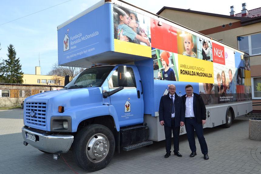 Burmistrz Annopola wraz z Zastępcą na tle ambulansu Fundacji podczas badań w 2019 roku
