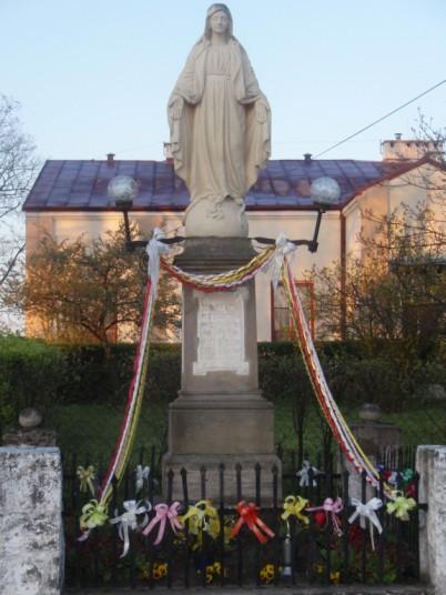 Kapliczka - figura Matki Boskiej (ul. Kościuszki)