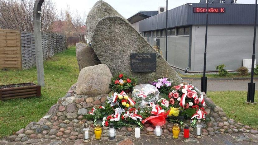 Pomnik poświęcony ofiarom obozu Sophienwalde