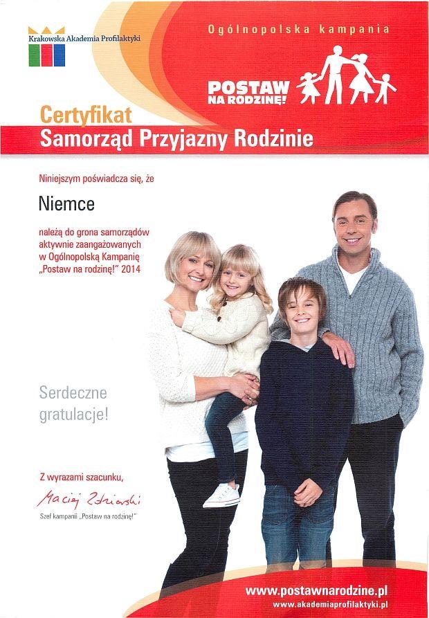 """Plakat Postaw na rodzinę  gólnopolska kampania Krakowska Akademia Profilaktyki POSTAW NA RODZINE! Certyfikat Samorząd Przyjazny Rodzinie Niniejszym poświadcza się, że Niemce należą do grona samorządów aktywnie zaangażowanych w Ogólnopolską Kampanię """"Postaw na rodzinę!"""" 2014 Serdeczne gratulacje! Z wyrazami szacunku, Maciaj 2dniashi Szef kampanii """"Postaw na rodzinę!"""" www.postawnarodzine.pl www.akademiaprofilaktyki.pl"""