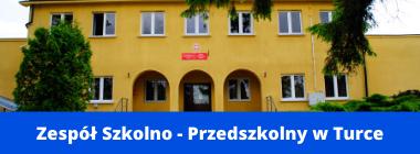 Zdjęcie budynku szkoły plus napis na niebieskim pasku na dole Zespół Szkolno - Przedszkolny w Turce