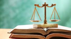 Waga Sprawiedliwości na książce