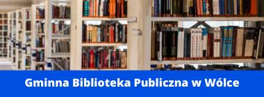 Regały w bibliotece napis na niebieskim pasku na dole Gminna Biblioteka Publiczna w Wólce