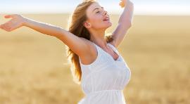 Kobieta wdychająca świeże powietrze