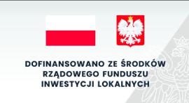 Baner flaga i godło polski na szarym tle z podpisem
