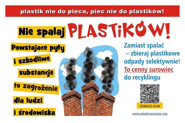 Plakat z napisem: plastik nie do pieca, piec nie do plastików! Nie spalaj PLASTIKÓW! Zamiast spalać - zbieraj plastikowe odpady selektywnie! To cenny surowiec do recyklingu Powstające pyły i szkodliwe substancje to zagrożenie dla ludzi ZOBACZ FILM i środowiska www.plasticseurope.org