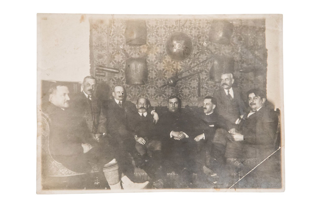 Фотографія - Граф Анджей Потоцький у компанії гостей