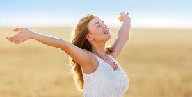 Kobieta oddychająca pełną piersią