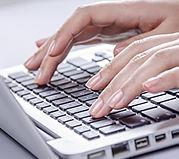 grafika dłonie na klawiaturze