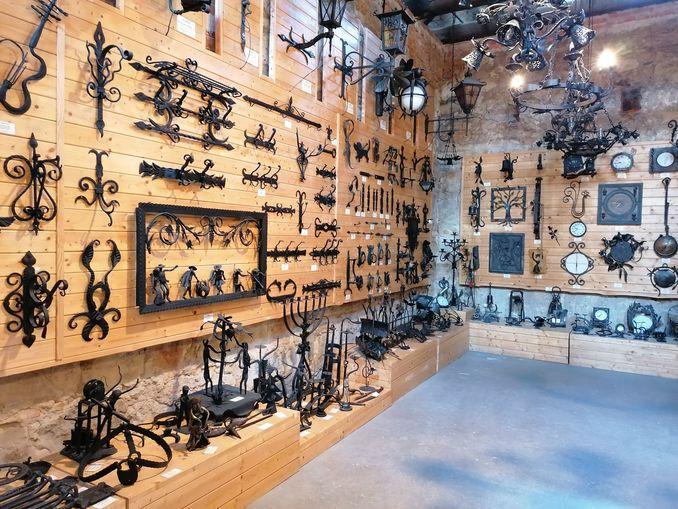 Na zdjęciu znajdują się eksponaty znajdujące się w wojciechowskim Muzeum Kowalstwa