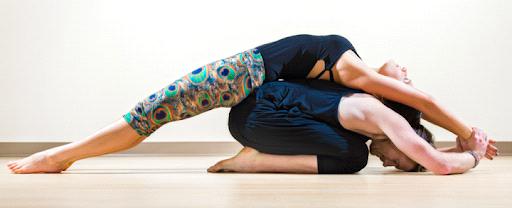 Grafika przedstawia dwie ćwiczące kobiety