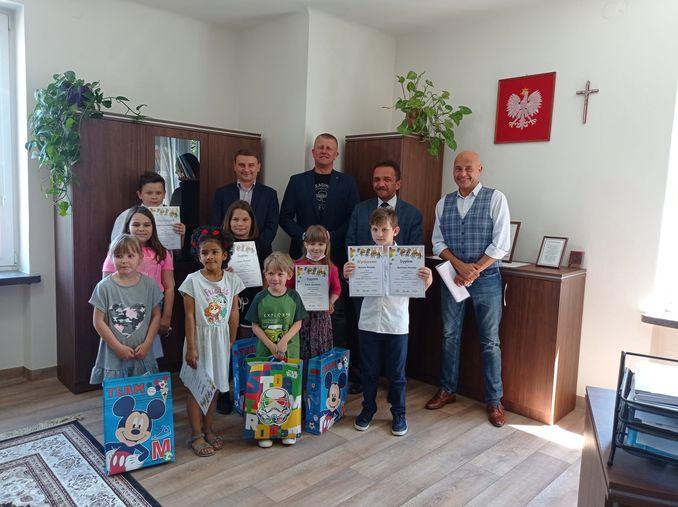 na zdjęciu znajduje się grupka dzieci, która wzięła udział w konkursie plastycznym dot. rodziny zastępczej